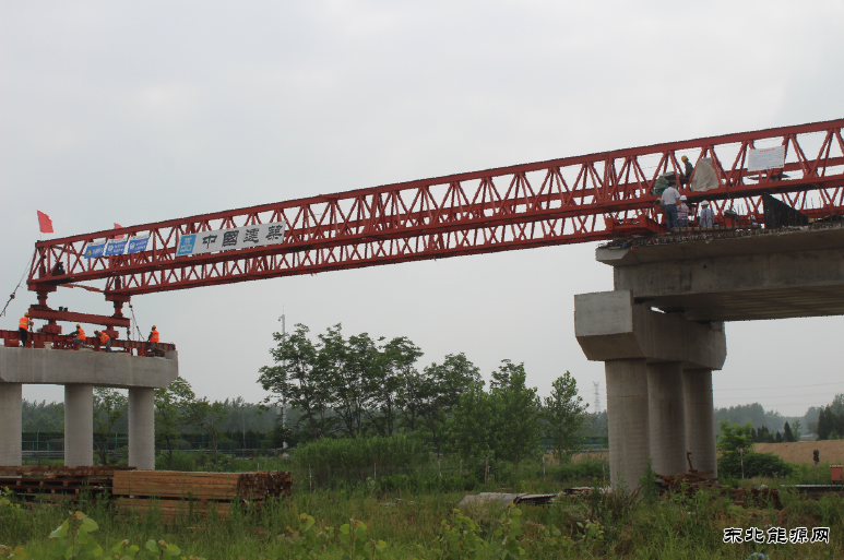 跨越连霍高速公路主线;此次架设的即为第二联30m跨径装配式预应力箱梁